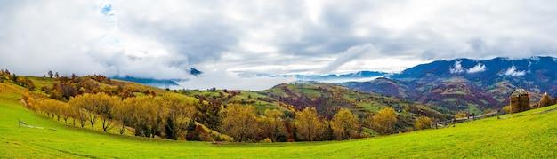 Kleurrijke dichte bossen in de warmgroene bergen