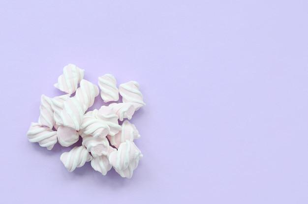 Kleurrijke die heemst op violette document achtergrond wordt opgemaakt. pastel creatieve textuur. minimaal