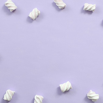 Kleurrijke die heemst op violette document achtergrond wordt opgemaakt