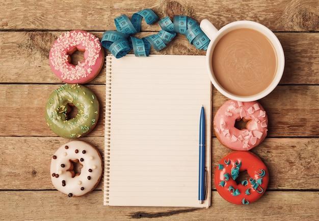 Kleurrijke donuts en kladblok