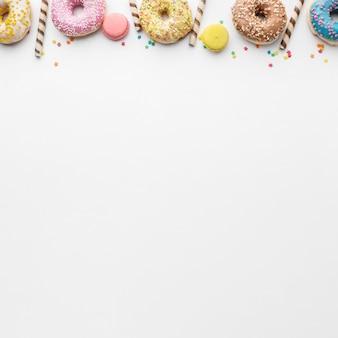 Kleurrijke donuts en macarons kopiëren ruimte