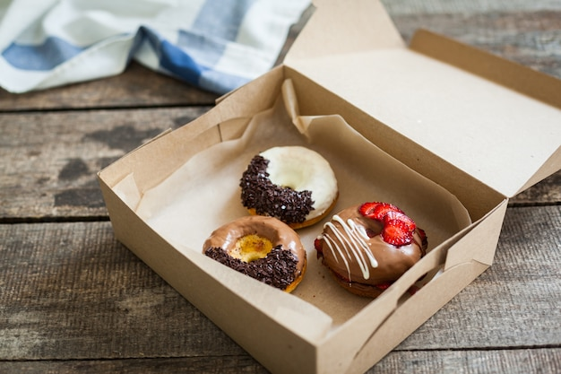 Kleurrijke donuts in doos
