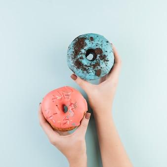 Kleurrijke donuts met handen