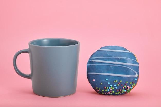 Kleurrijke donuts-ontbijtsamenstelling met verschillende kleurstijlen. kleurenspel, zoet leven. kopieer ruimte, roze muur