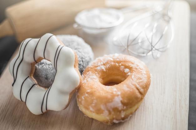 Kleurrijke donuts op een houten tafel