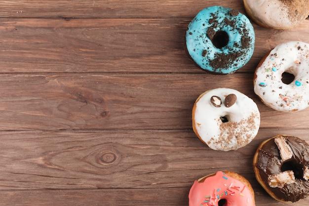 Kleurrijke donuts op houten bord