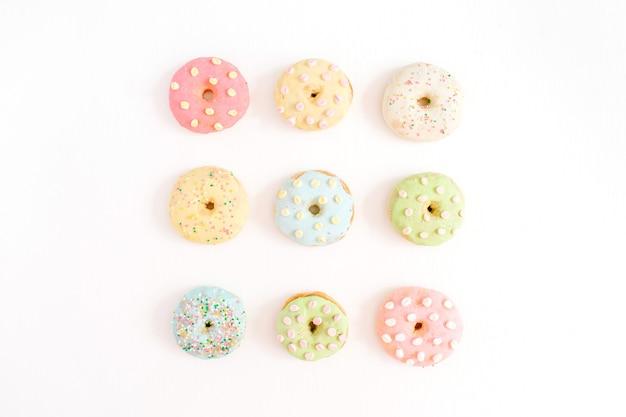 Kleurrijke donuts op wit.