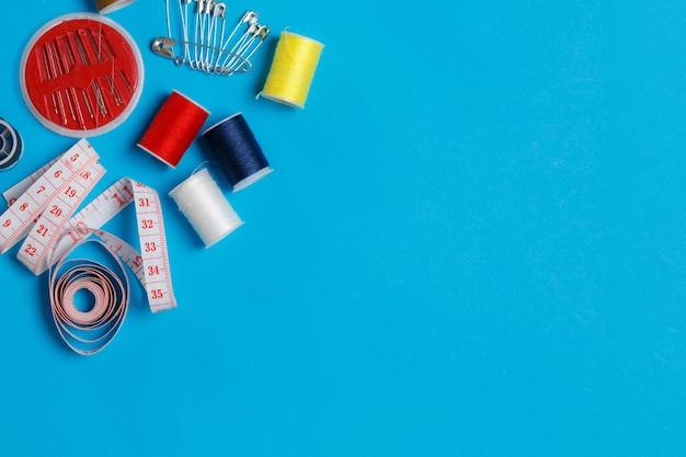 Kleurrijke draadspoelen op maat apparatuur kopie ruimte.