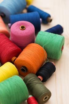 Kleurrijke draden op de tafel