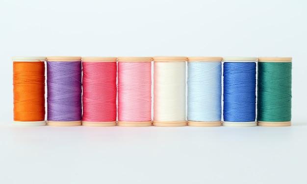 Kleurrijke draden op een wit oppervlak