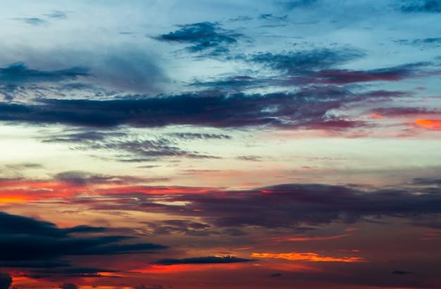 Kleurrijke dramatische hemel met cloud bij zonsondergang