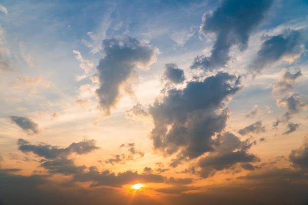 Kleurrijke dramatische hemel met wolk bij sunsetxa