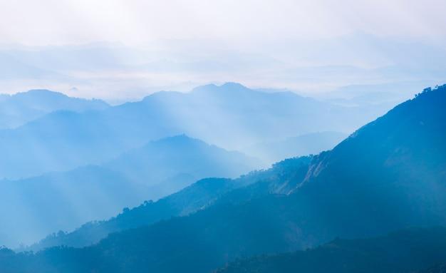 Kleurrijke dramatische hemel met wolk bij zonsondergang in de bergen