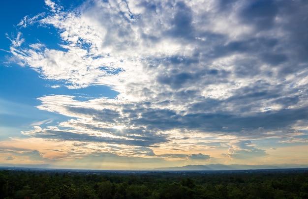 Kleurrijke dramatische hemel met wolk bij zonsondergang