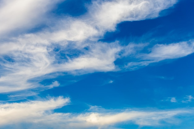 Kleurrijke dramatische hemel met wolk bij zonsondergang.