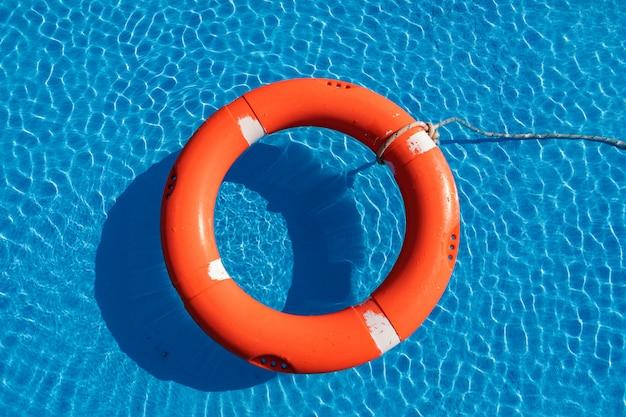 Kleurrijke drijvers op een pool