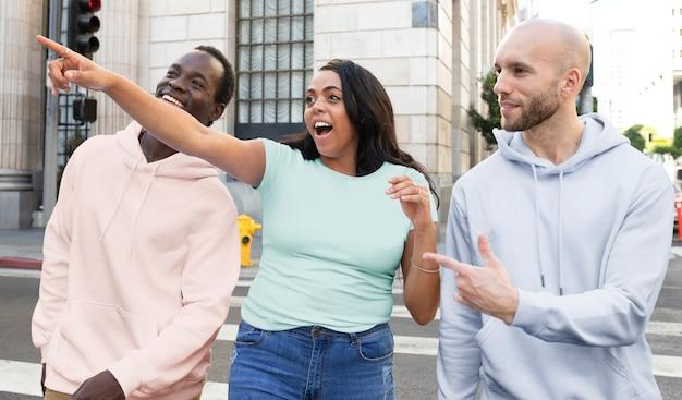 Kleurrijke eenvoudige kleding streetstyle heren- en dameskleding outdoor shoot