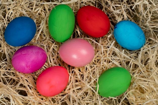 Kleurrijke eieren die pasen symboliseren