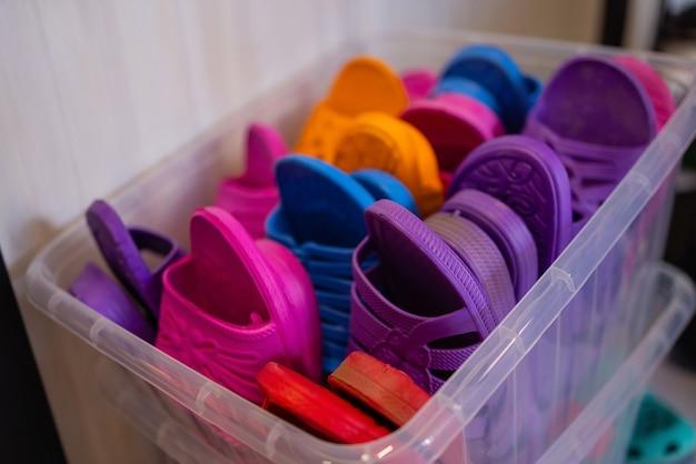 Kleurrijke en comfortabele rubberen sandalen gemaakt van rubber te koop op de lokale markt, rijen b...