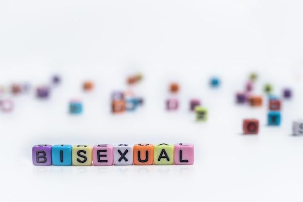 Kleurrijke engelse alfabetkubus met woord bisexual op witboek lgbt rechtenconcept