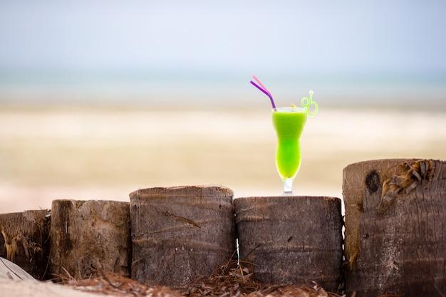 Kleurrijke exotische smakelijke cocktails op het terras