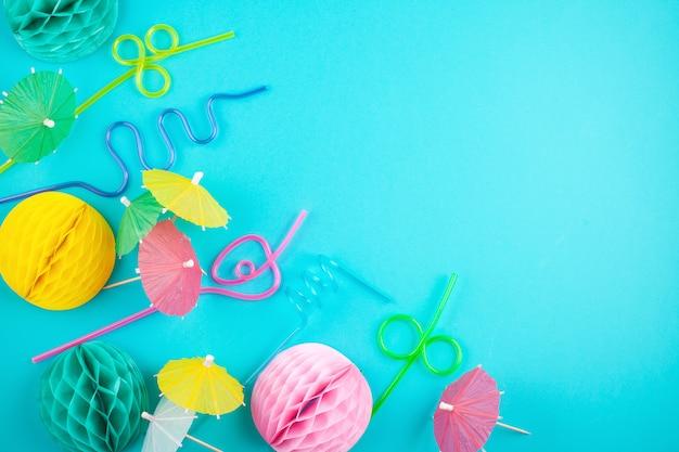 Kleurrijke feestdecoratie en accessoires op de blauwe achtergrond. zomer strandfeesten en viering