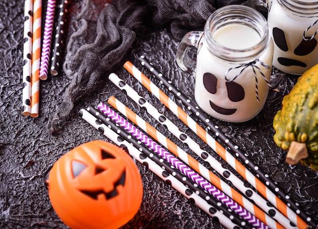 Kleurrijke feestelijke gestreepte papier rietjes en halloween decor