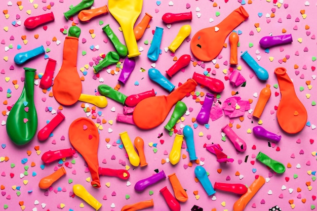 Kleurrijke feestelijke objecten op roze achtergrond