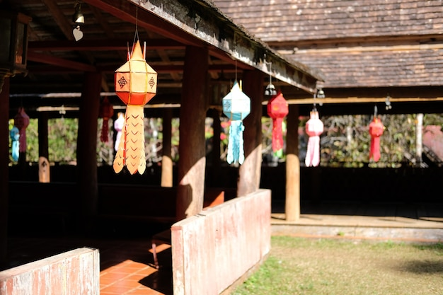 Kleurrijke feestelijke papieren lamp lantaarn versieren in aziatische tempel. festival decoratie