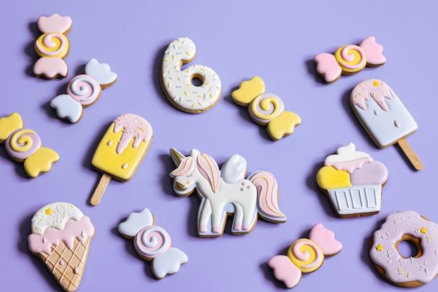 Kleurrijke feestelijke peperkoekkoekjes van verschillende vormen bedekt met glazuur.