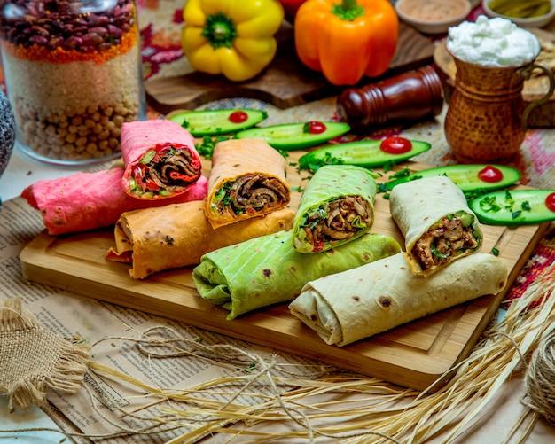 Kleurrijke flatbreadwraps met rundvlees en kip