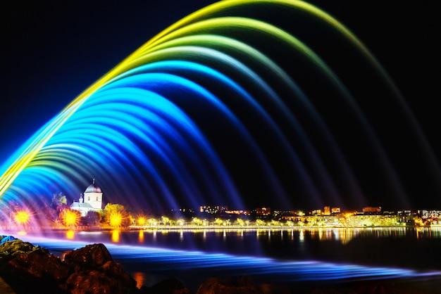 Kleurrijke fonteinen in stadspark bij nacht, lange blootstellingsfoto