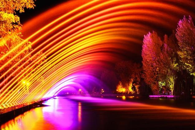 Kleurrijke fonteinen in stadspark bij nacht