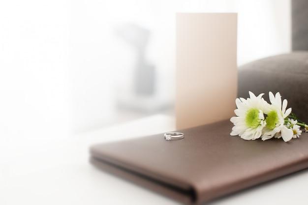 Kleurrijke foto's met trouwringen op de achterkant van het bloemboeket.