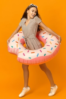 Kleurrijke foto van zorgeloze energieke jonge vrouw gekleed in stijlvolle zomerkleding