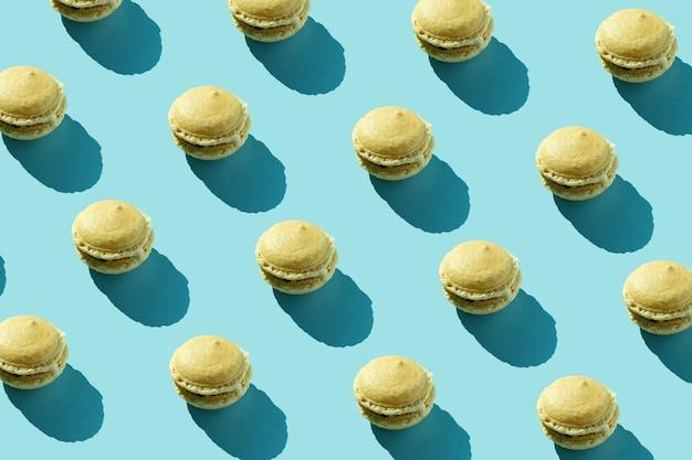 Kleurrijke franse koekjes macarons patroon. minimaal concept. chocolade