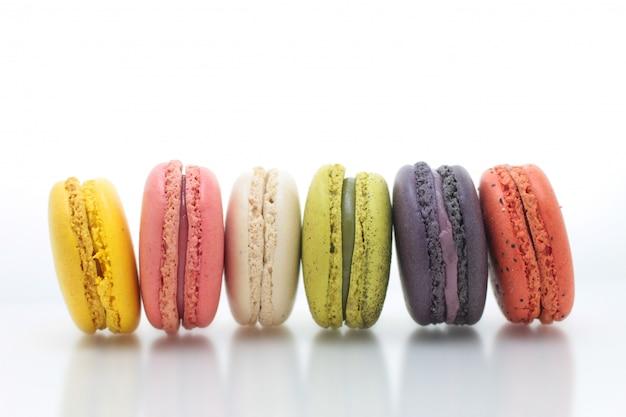Kleurrijke franse macaron op de witte achtergrond