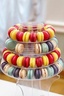 Kleurrijke franse macarons gevormd als een piramide.