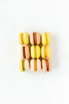 Kleurrijke franse macarons op wit, flatlay, bovenaanzicht