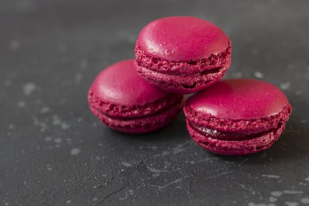 Kleurrijke franse macaronskoekjes (makarons). dessert voor geserveerd met thee of koffiepauze. vakantiegift voor vrouwen.