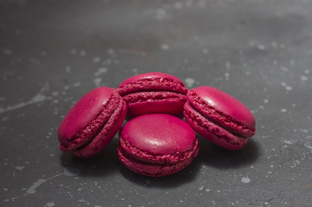 Kleurrijke franse macaronskoekjes (makarons). dessert voor geserveerd met thee of koffiepauze.