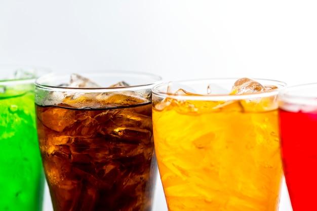 Kleurrijke frisdranken drinken macro-opname