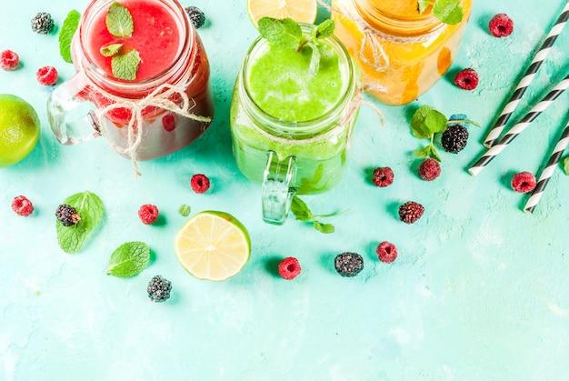 Kleurrijke fruit- en vegetarische smoothies