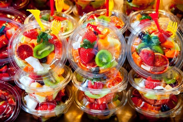 Kleurrijke fruitsalade in transparante glazen