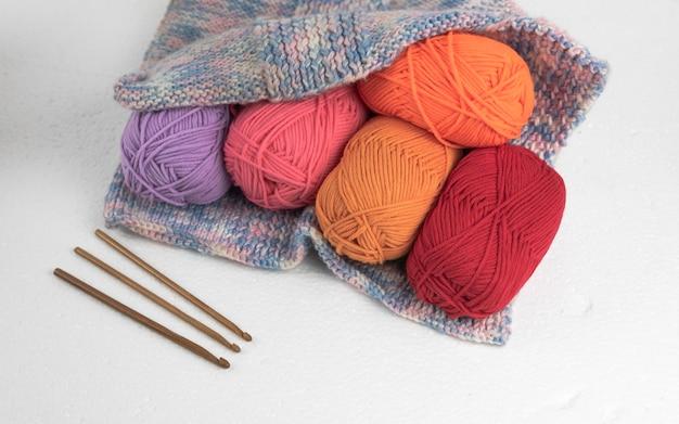 Kleurrijke garenballen in gehaakte tas
