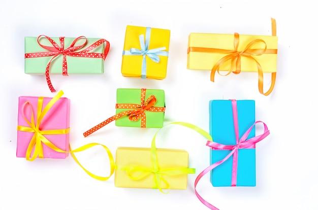 Kleurrijke geassorteerde confetti met serpentijn en geschenkdozen