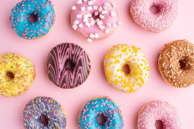 Kleurrijke geassorteerde donuts plat lag