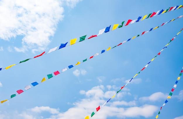 Kleurrijke gebedvlaggen op blauwe hemelachtergrond, nepal