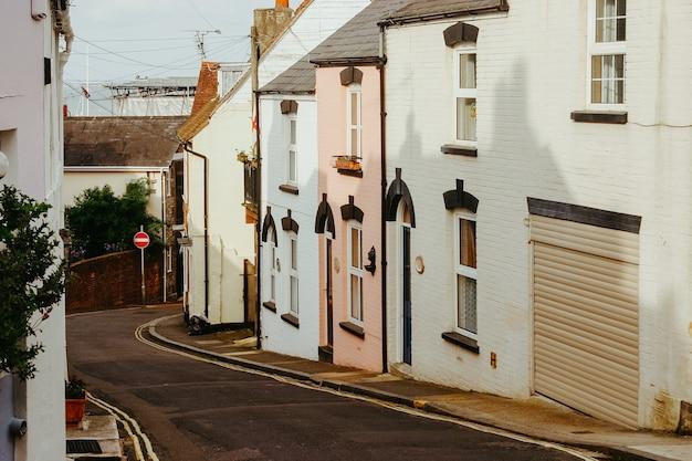 Kleurrijke gebouwen in de straten van southampton, engeland