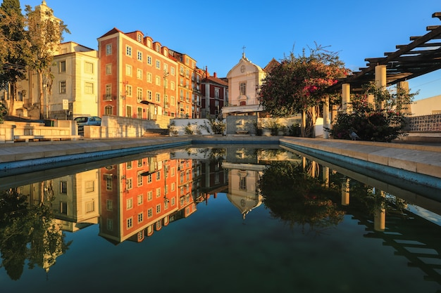 Kleurrijke gebouwen met bezinning in alfama - de oude stad van lissabon, portugal